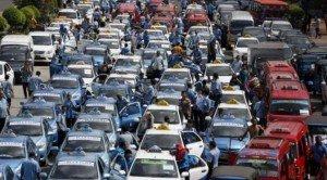 デモに参加するタクシー群